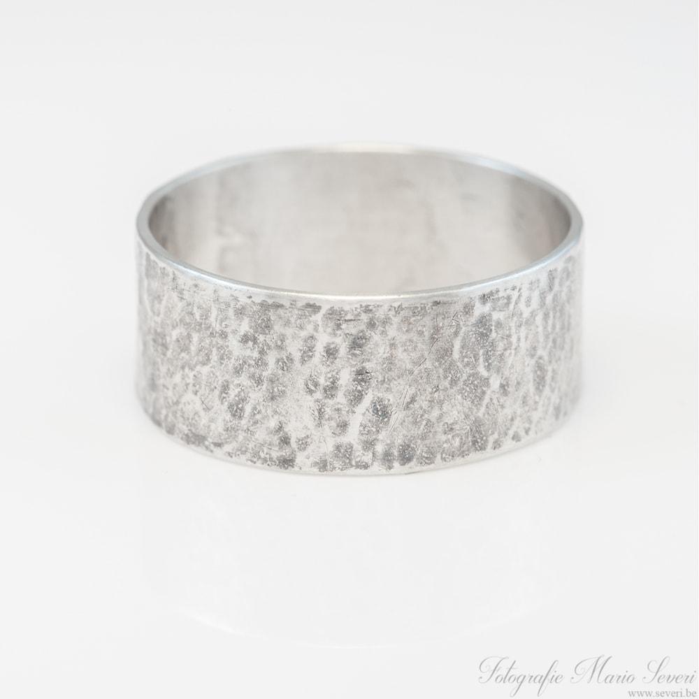 db6ba77eaa2 ... door mannen als door vrouwen kan gedragen worden. Hij kan eveneens  gebruikt worden als trouwring. De ring is van zilver en bestaat uit een  rechte band ...